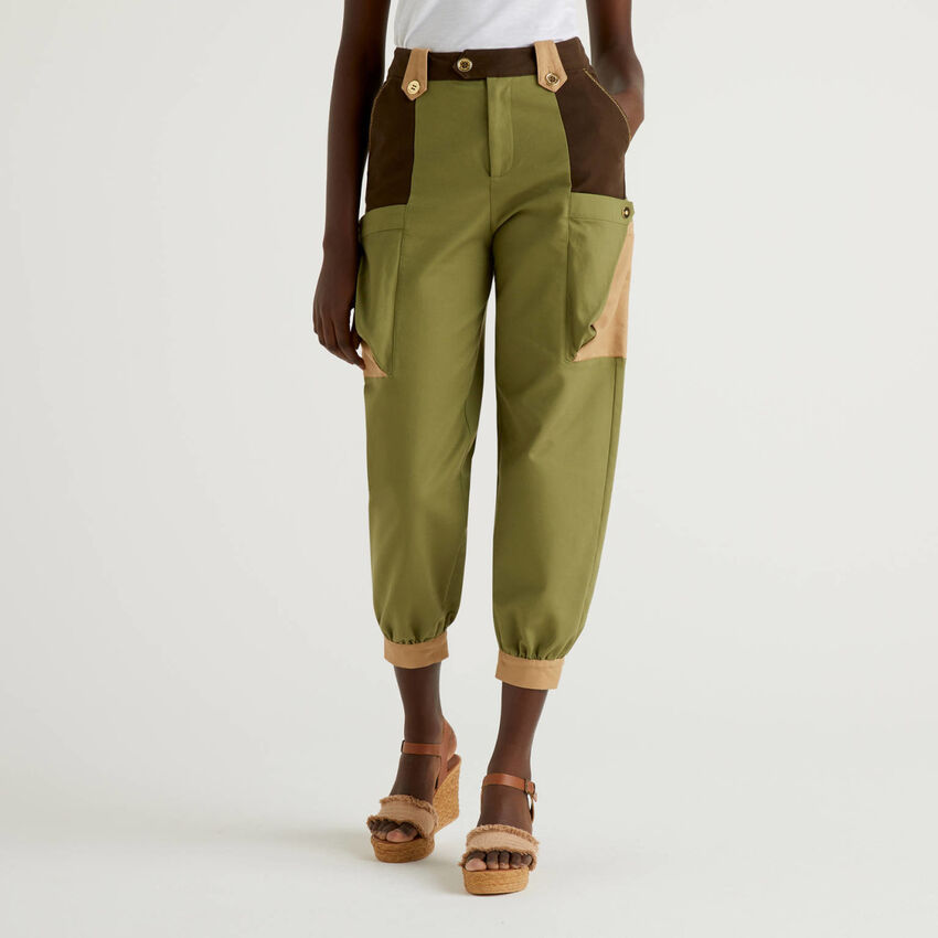 Cropped trousers with maxi pockets