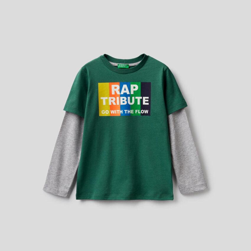 Dark green t-shirt with two-tone sleeves